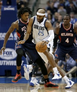 Martin, left, defends Dallas Mavericks guard Vince Carter (25)