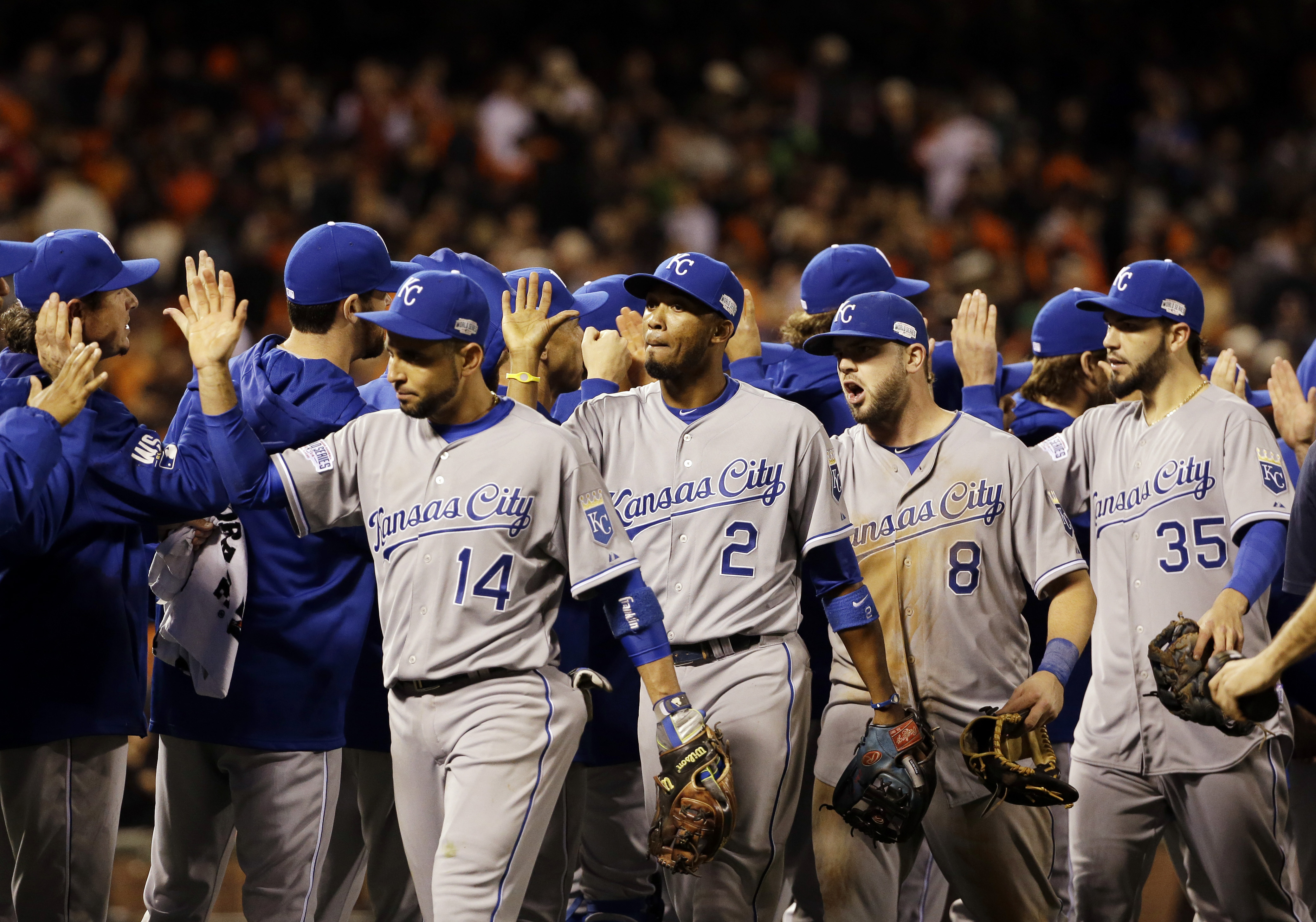 Royals hold off Giants, grab 2-1 World Series lead